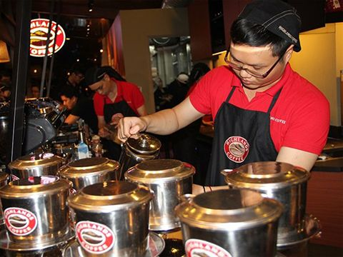 Cà phê pha phin cửa Highland Coffee